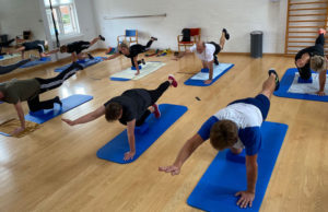 Holdtræning i gymnastiksalen hos Nyborg Fysioterapi og Træning